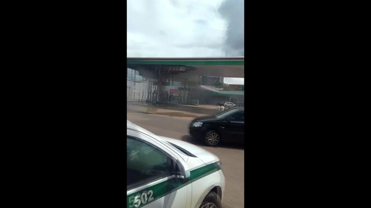 Ambulância pega fogo e explode em frente a posto de gasolina em Rio Branco
