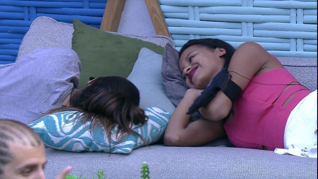 Paula deita ao lado de Gleici na área externa
