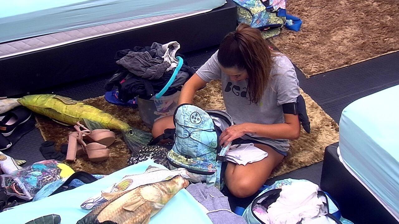 Paula arruma sua mala no Quarto Submarino