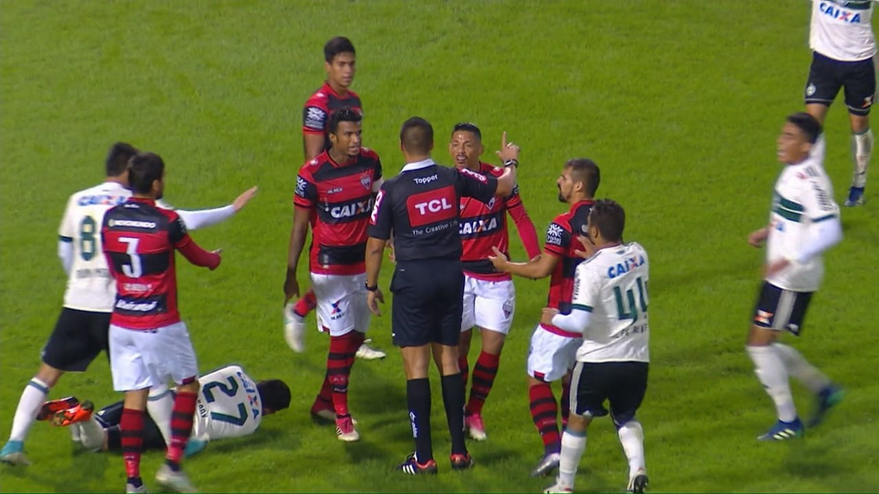 Tomas Bastos, do Atlético-GO, é expulso após dar cotovelada em Kady, do Coritiba
