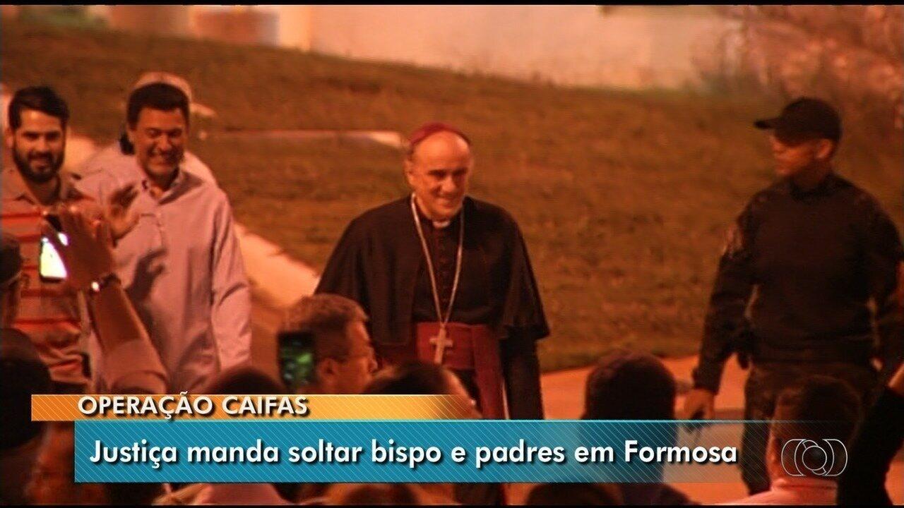 Bispo e padres acusados de desviar dízimo deixam a cadeia e são recebidos com festa