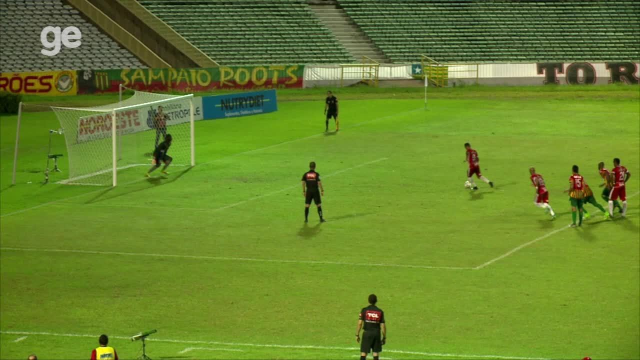 Eduardo, de cavadinha, marca no empate do River-PI com o Sampaio Corrêa