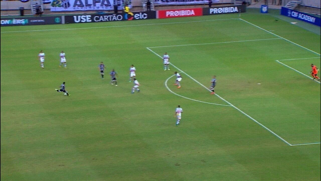Rafael Carioca chuta e Sidão segura firme, aos 18 do 2º tempo. Lateral estava na Serie A