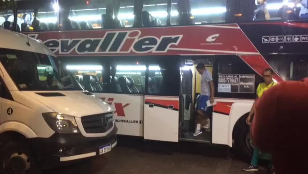 Dudu é cobrado por torcedores na chegada da delegação do Palmeiras ao hotel