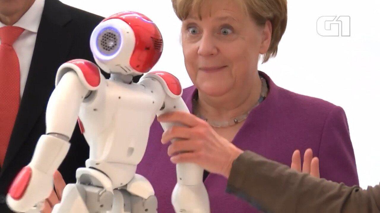 Merkel se surpreende ao conhecer 'robô companheiro'