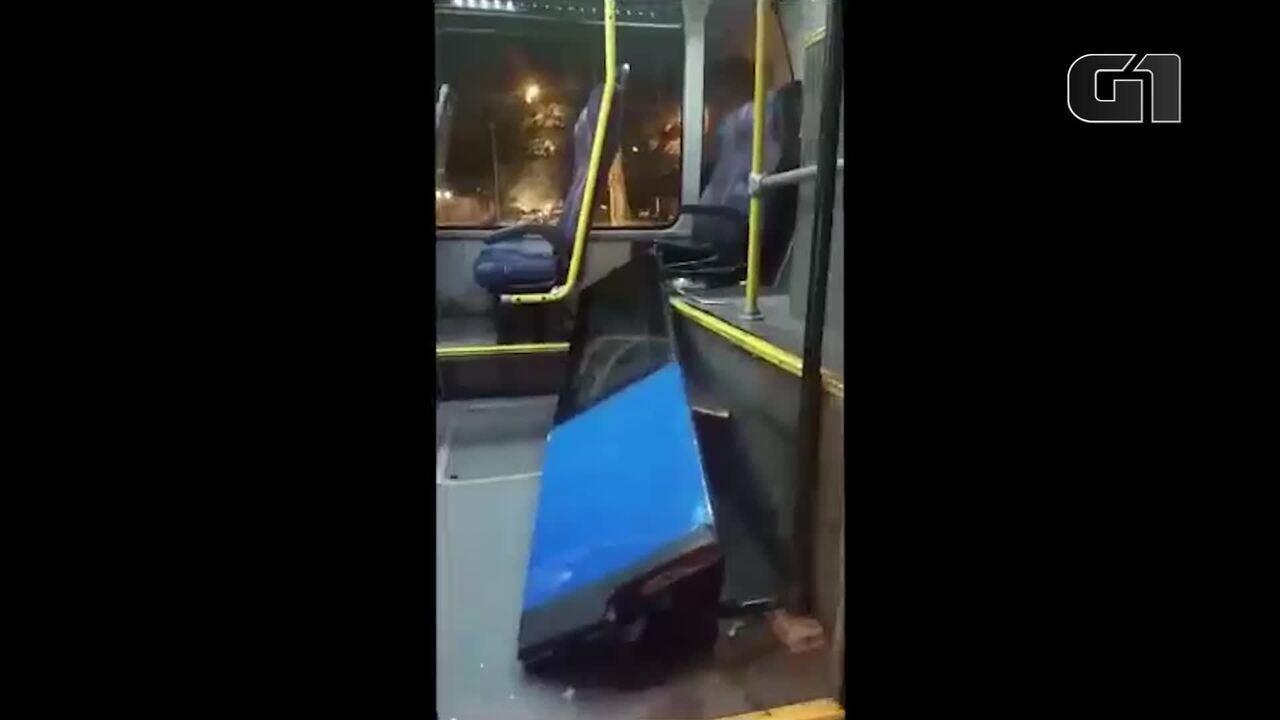 Ônibus do BRT Transoeste tem porta arrancada por passageiros