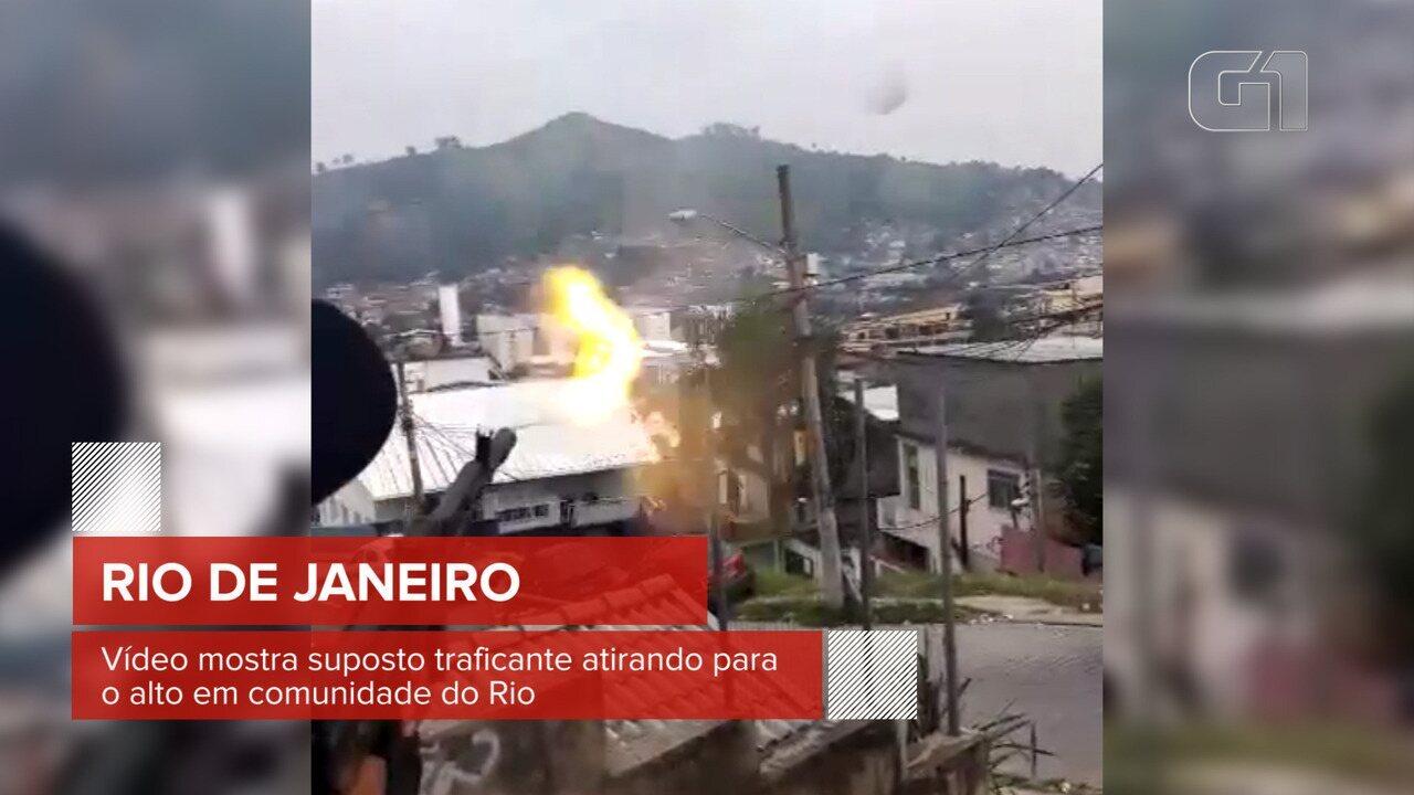 Vídeo mostra suposto traficante atirando para o alto em comunidade do Rio