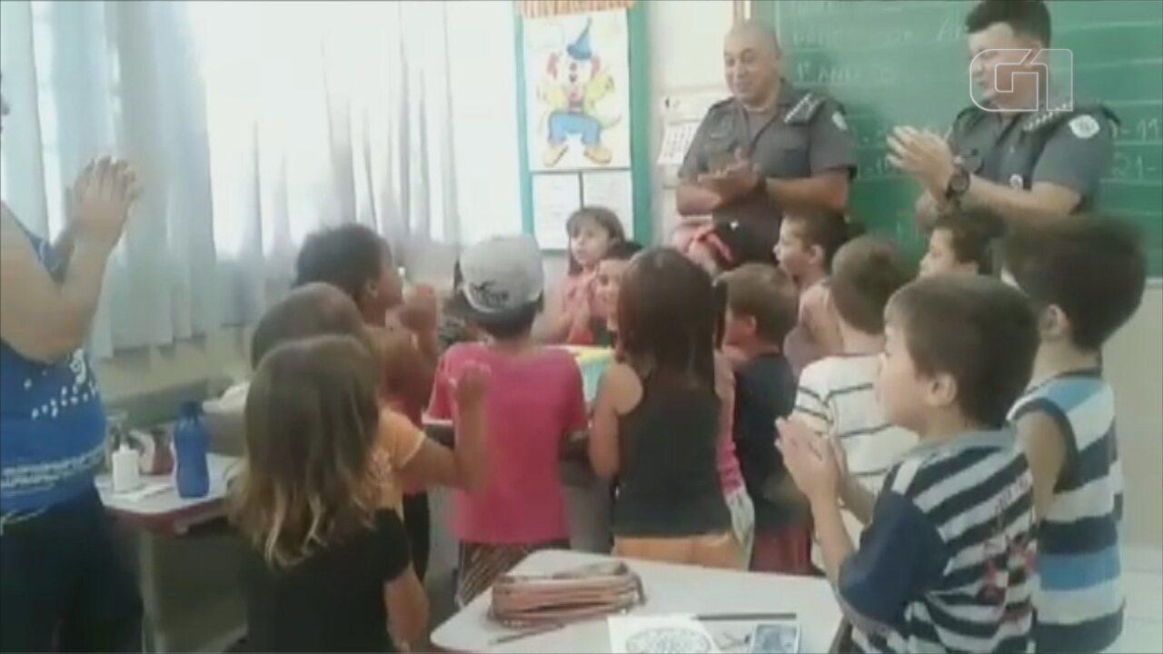 Policiais atendem pedido de pai e participam de aniversário de menino que sonha ser PM