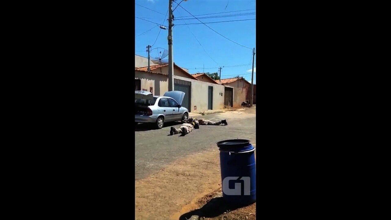 Bombeiros resgatam cobra de dentro do motor de carro, em Anápolis