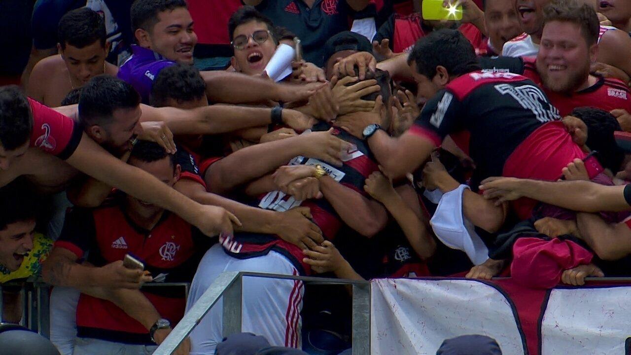 Gol do Flamengo! Após escanteio, Diego cabeceia e amplia, aos 25' do 2º Tempo