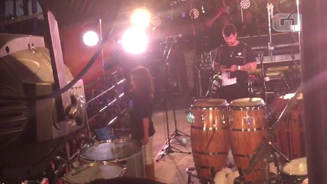Marcelinho brinca com os fãs de Ivete