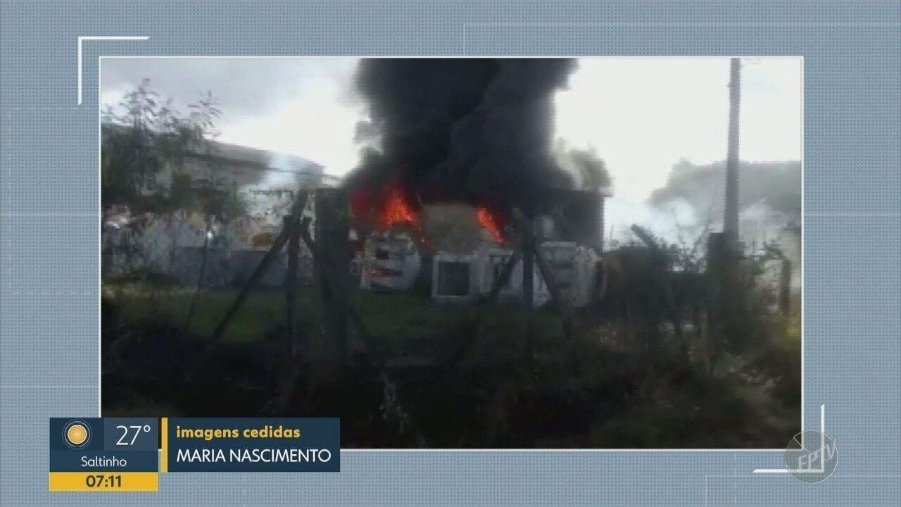 Barracão que armazenava resina e materiais de fibra pega fogo em Sumaré