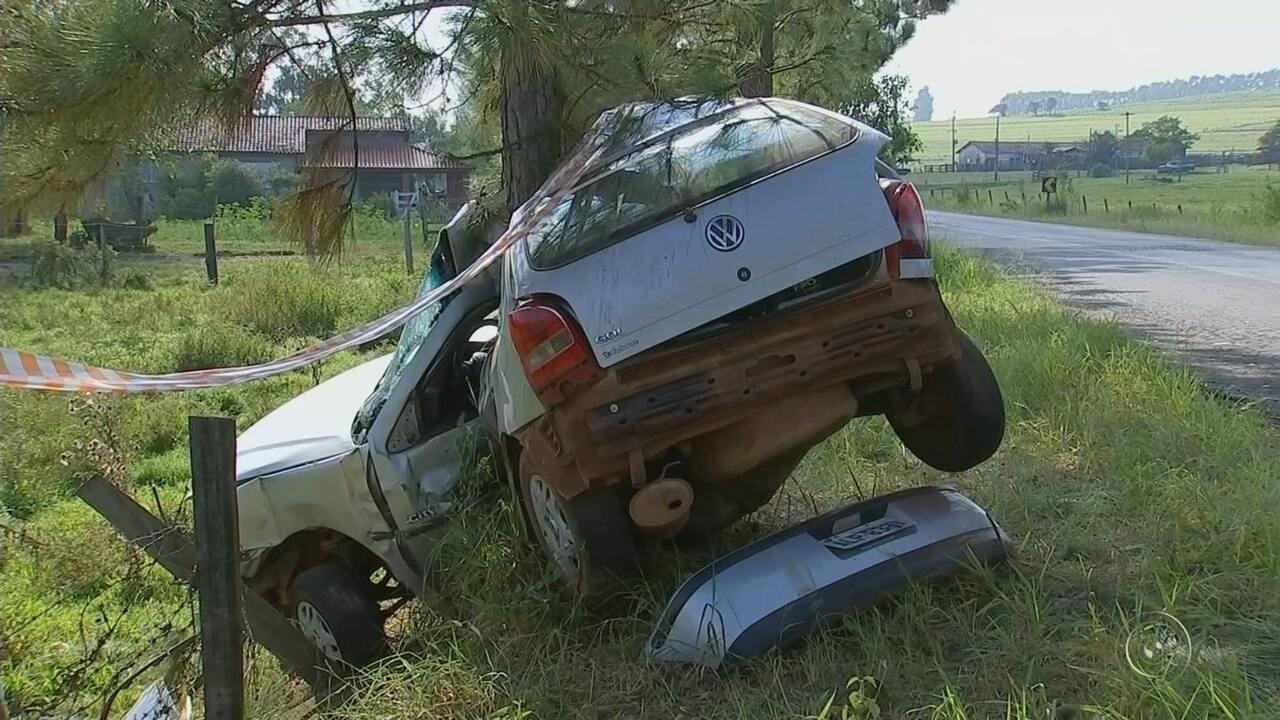 Motorista morre ao perder controle do carro e bater em árvore em Guareí