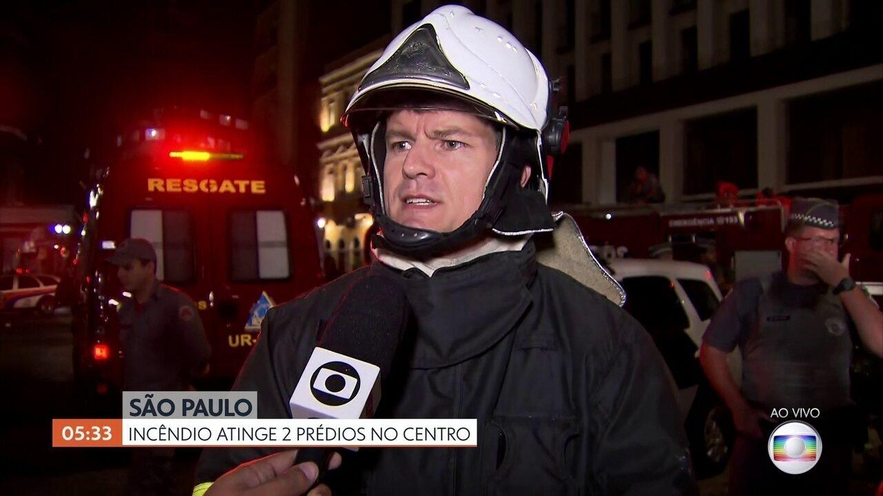 Bombeiros combatem focos de incêndio em prédio que desabou em SP