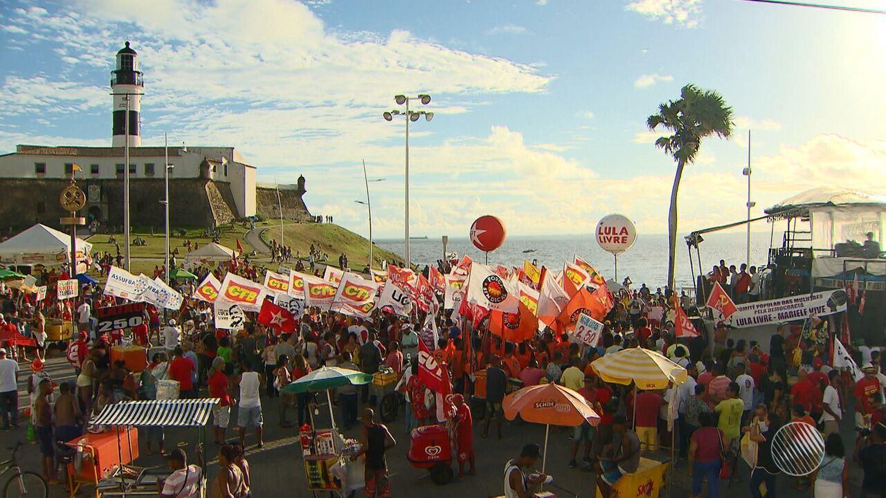 Representantes de centrais sindicais e movimentos sociais fazem manifestação em Salvador