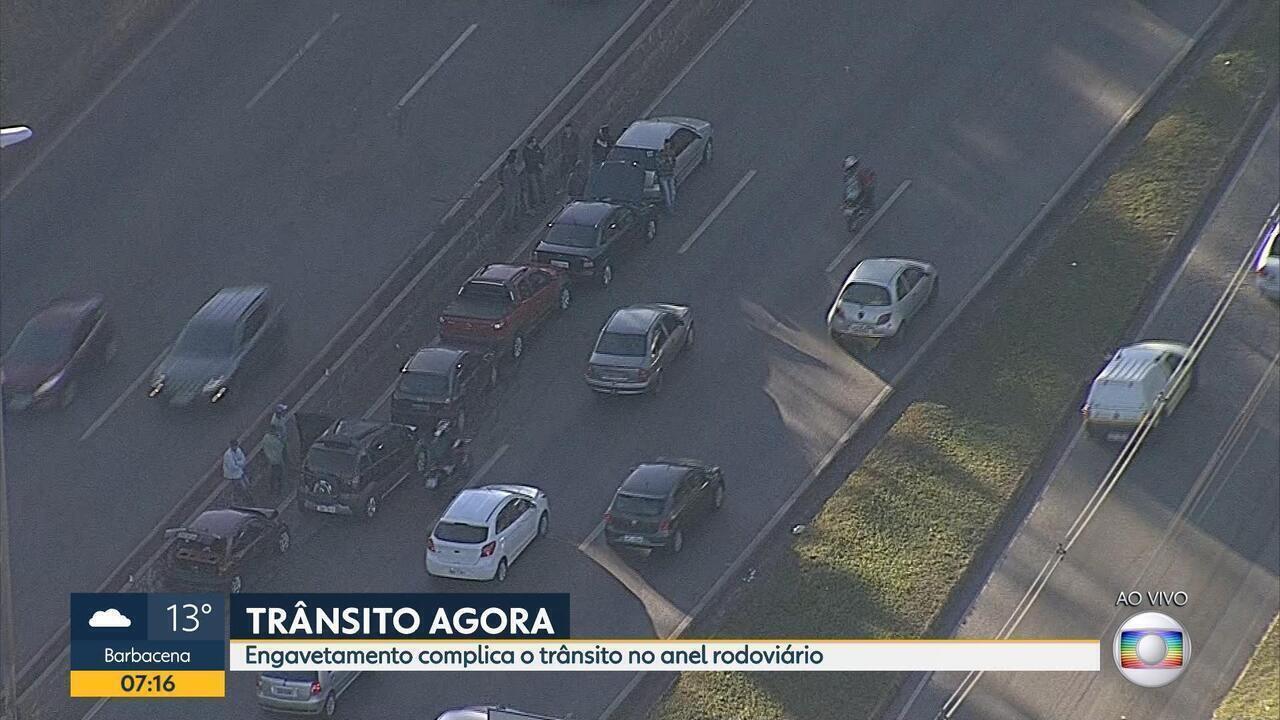 Dois engavetamentos complicam o trânsito no Anel Rodoviário, em Belo Horizonte