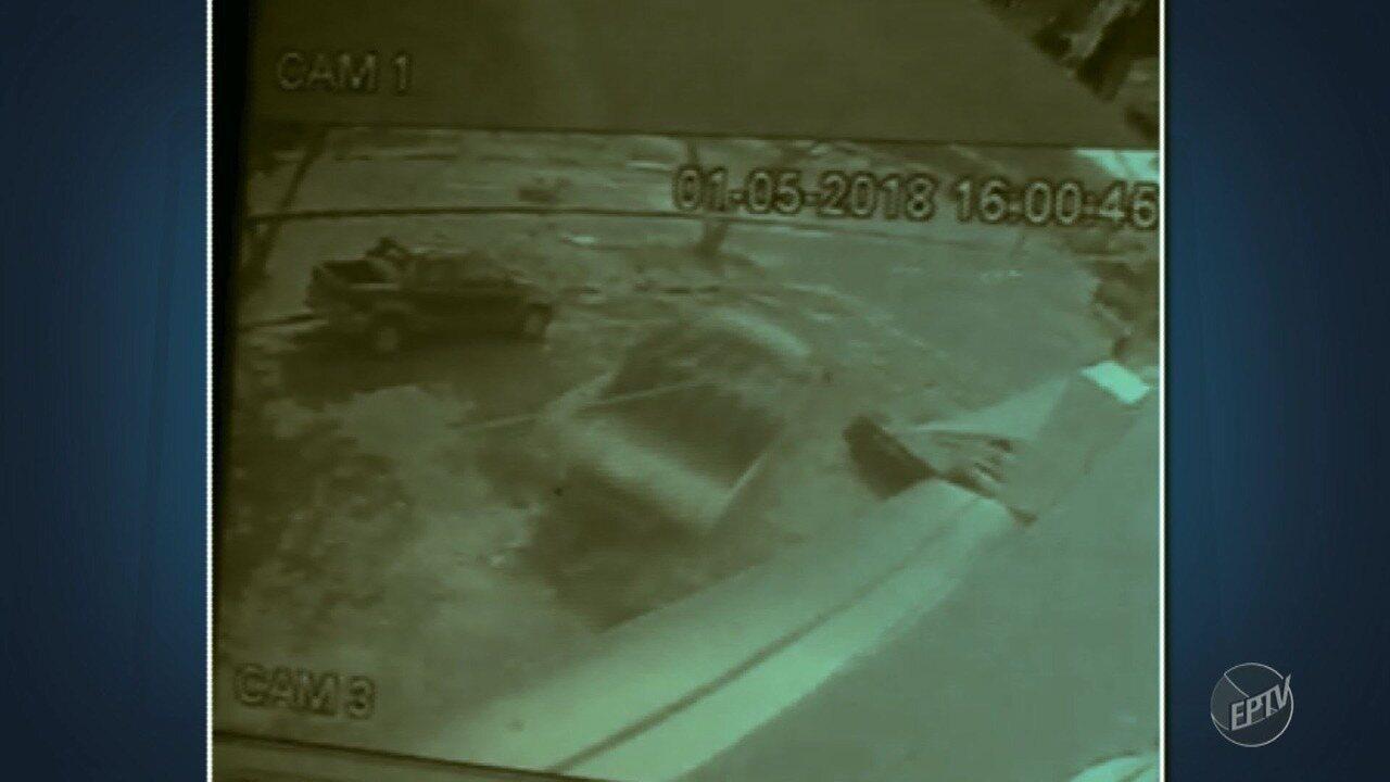 Caminhão de bebidas é assaltado, no Bairro Santo Antônio, em Campinas. Os dois suspeitos levaram o veículo, a carga e objetos pessoais do motorista.