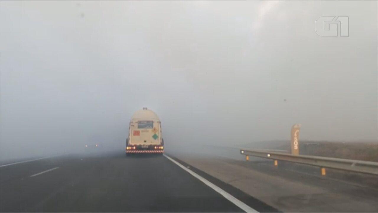 Fogo em mato às margens da Rodovia Castello Branco atrapalha motoristas em Boituva