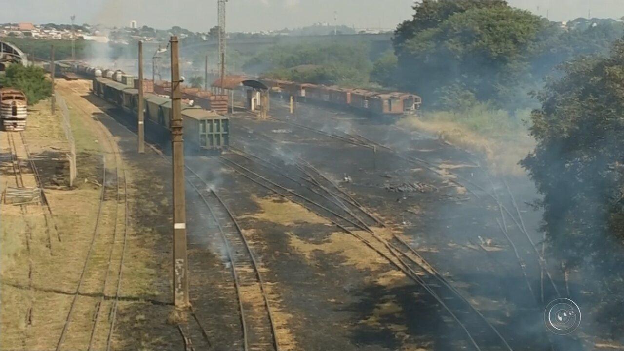 Fogo atinge área de vegetação da estação ferroviária no centro de Bauru
