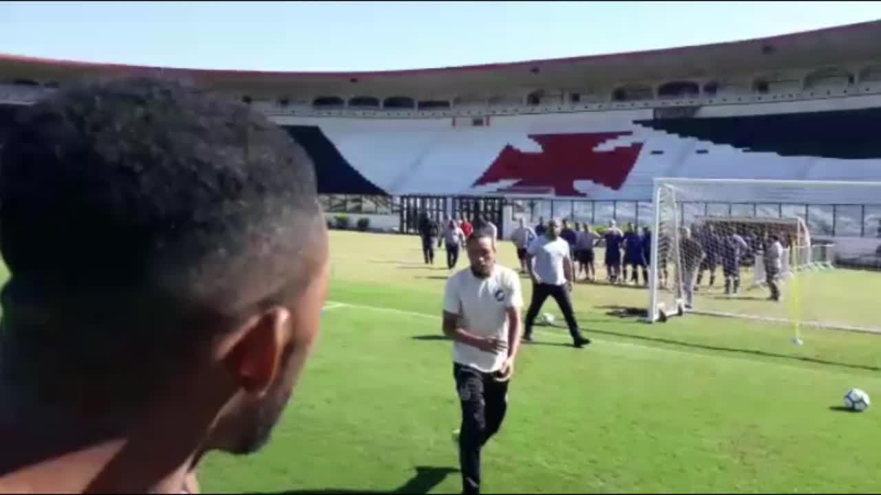 fc9960be19 Vândalos invadem treino do Vasco para cobrar time  disparos são ...