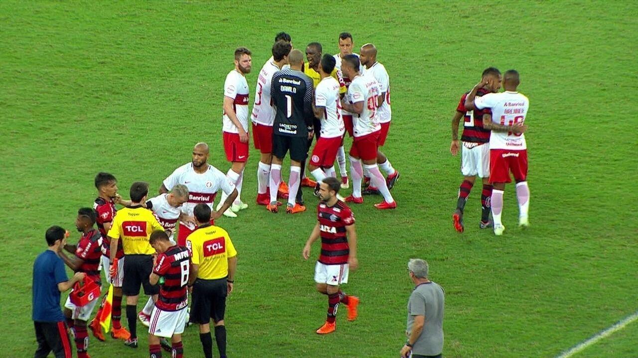 D'Alessandro discute com Paquetá e atinge o rosto do jogador do Flamengo