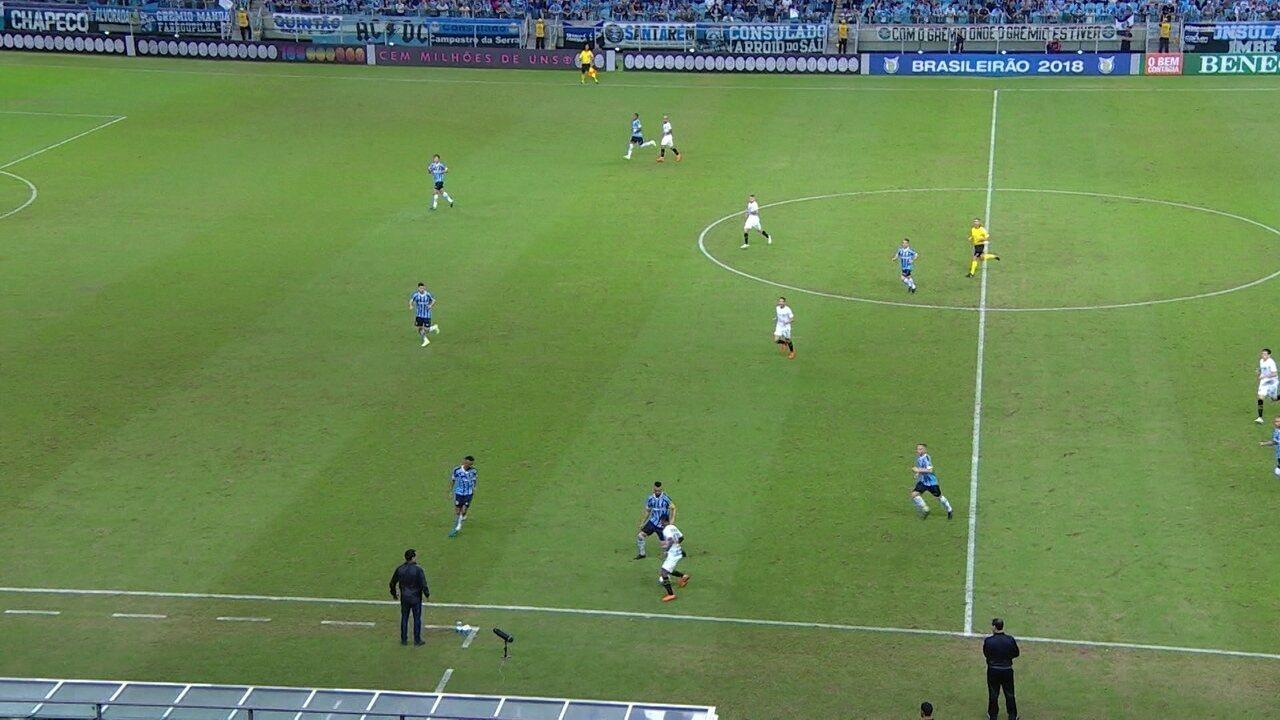 Santos retoma a bola, aciona Rodrygo sem aproximação e perde a posse
