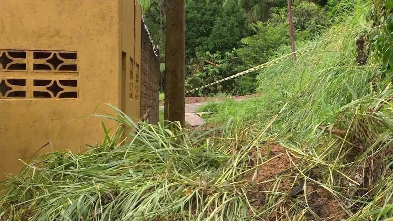 Chuva provocou deslizamento de terra que atingiu uma casa em Macapá