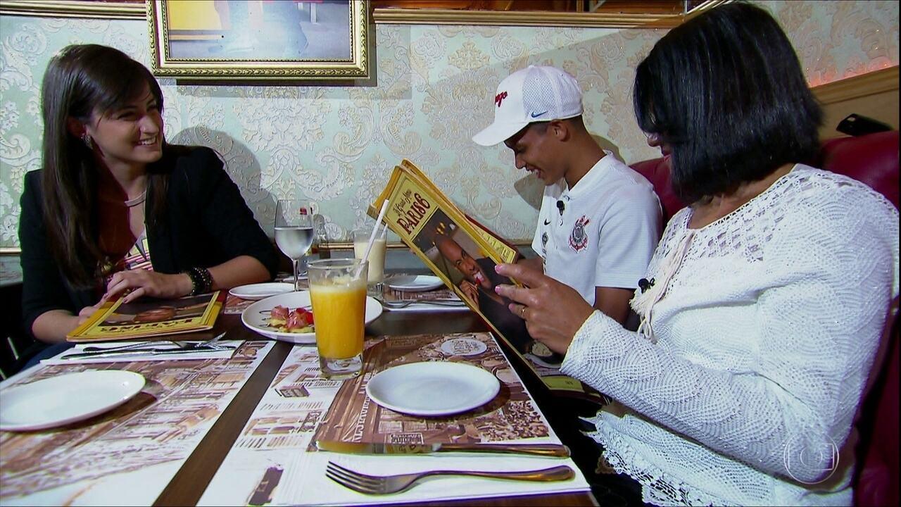 Repórter Mari Palma leva atacante Pedrinho e a mãe dele para jantar especial