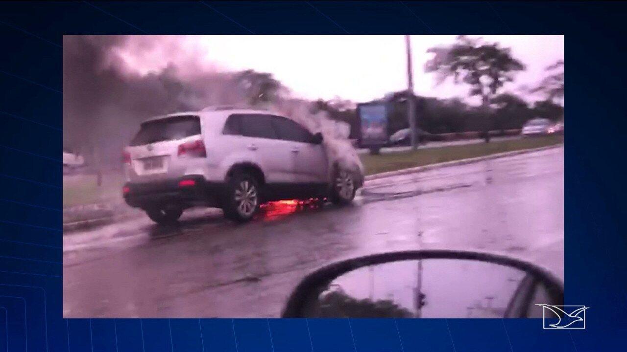 Veículo pega fogo na Avenida Carlos Cunha em São Luís