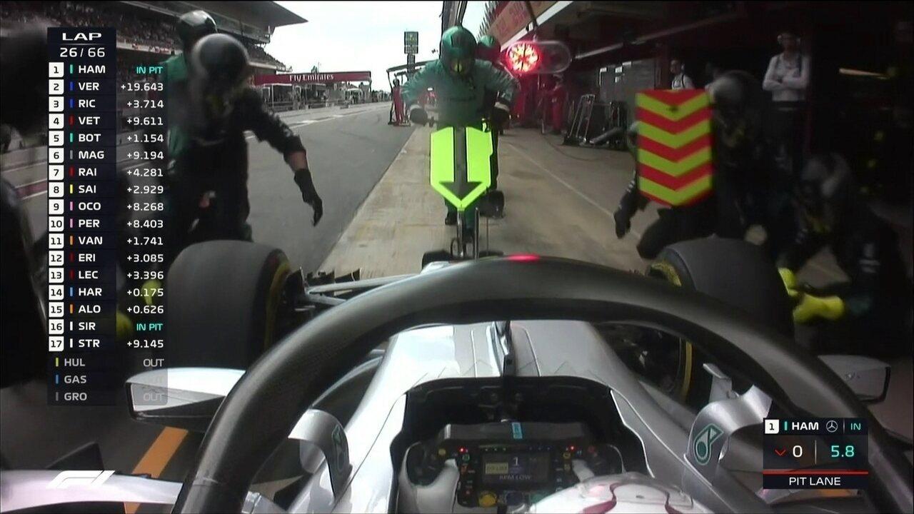 Hamilton faz pit stop muito rápido, coloca pneus médios e volta em segundo