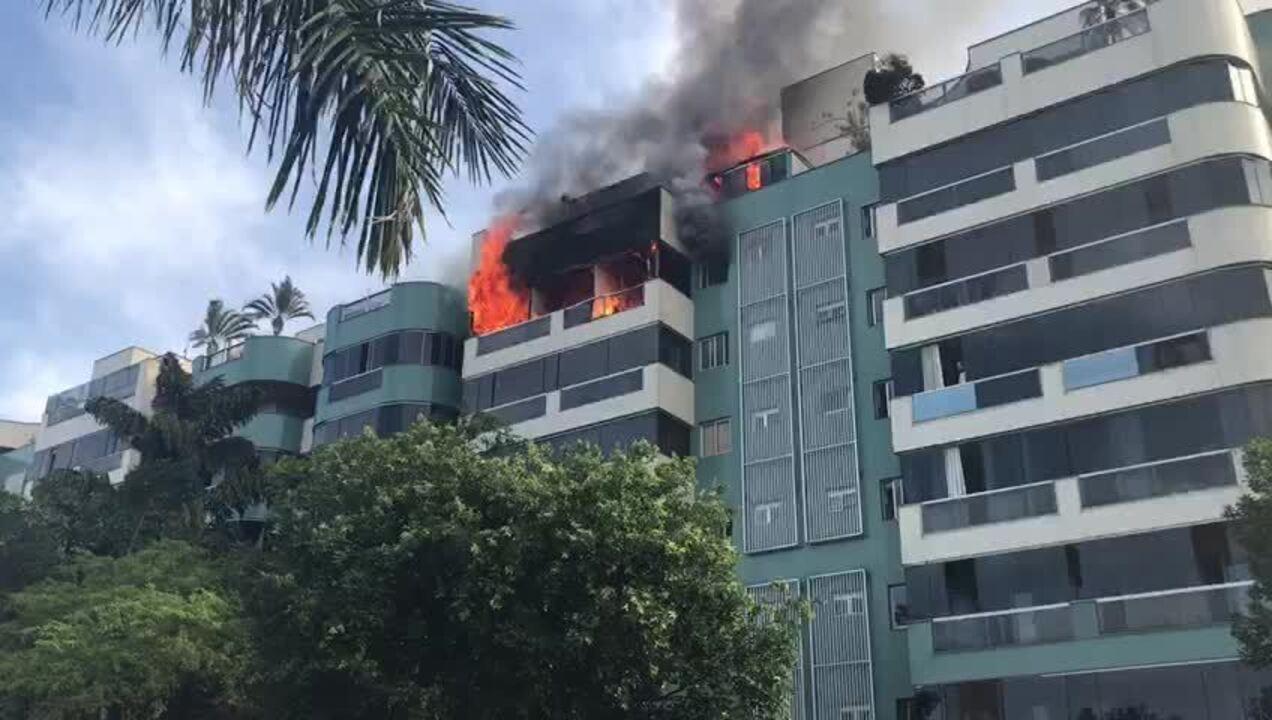 Incêndio destrói apartamento na Asa Norte e chega à cobertura do prédio