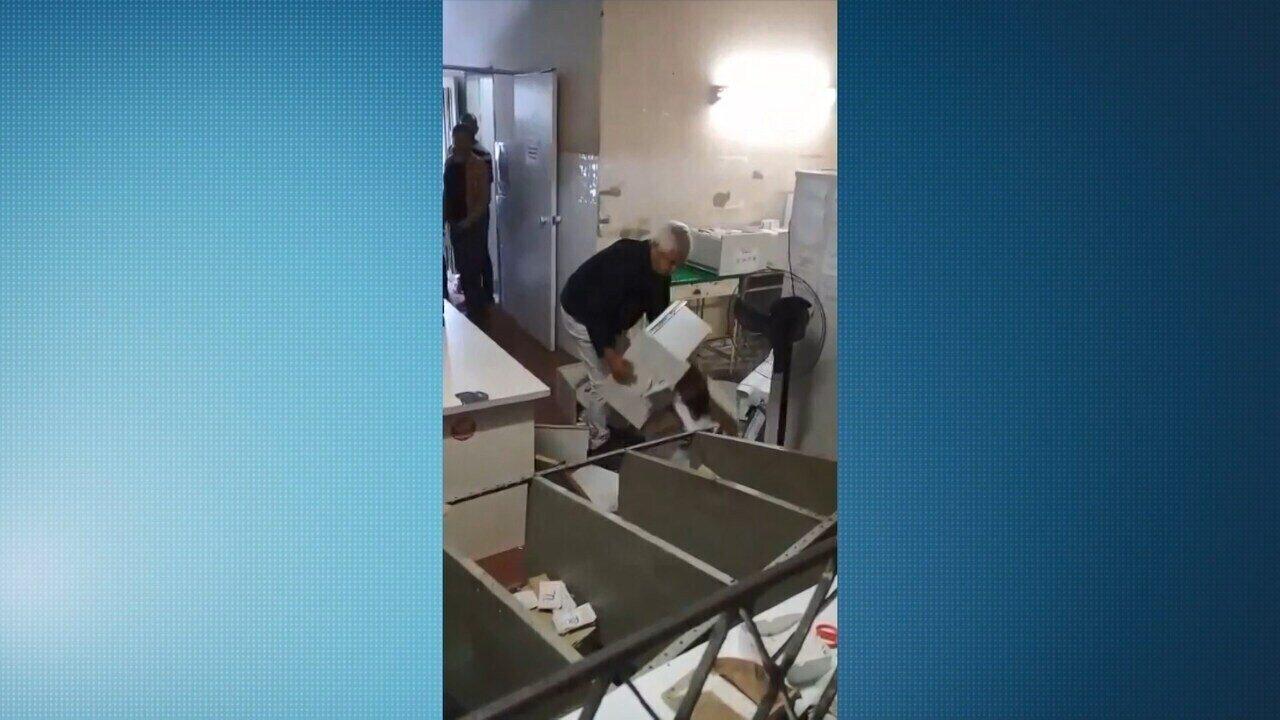 Médico se revolta, quebra móveis e joga documentos no chão em posto de saúde de Cariacica