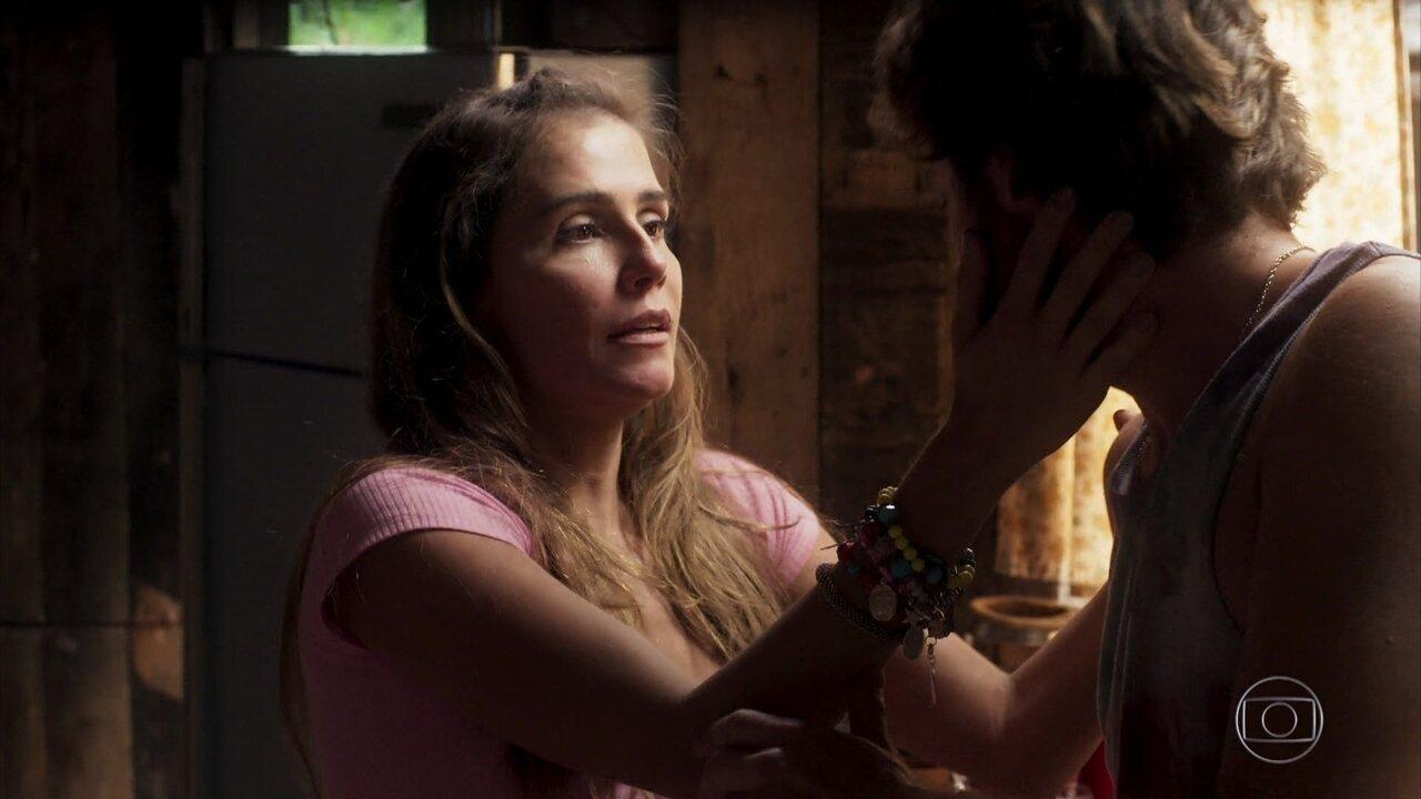Karola simula um mal-estar para evitar que Beto fale de Luzia