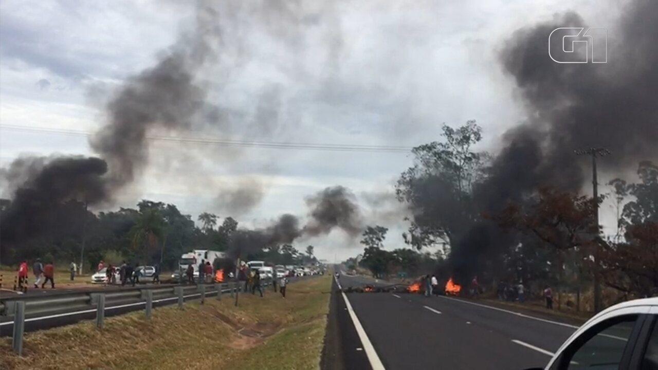 Assentados do Horto Aimorés interditam rodovia durante protesto em Bauru