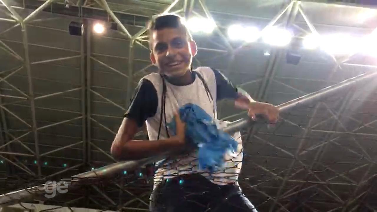 Ramiro comanda Grêmio com gol em vitória e dá camisa de presente a fã