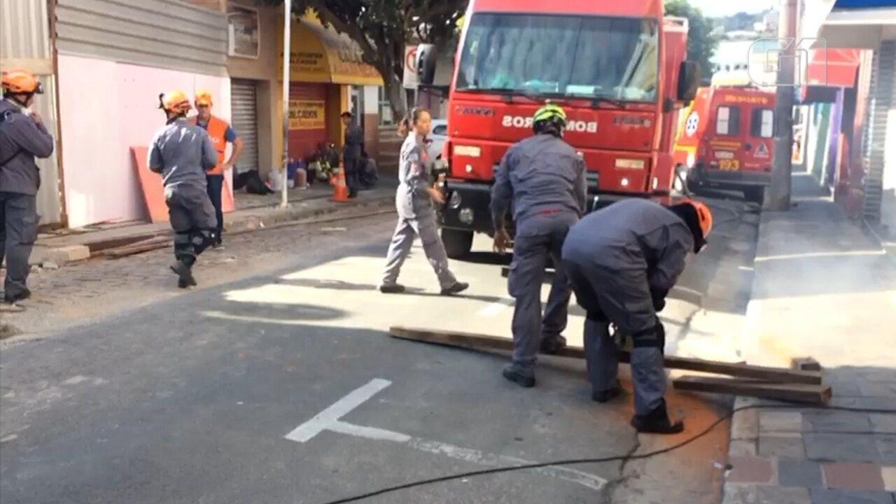 Bombeiros trabalham em imóvel que desabou e matou trabalhador em São Roque