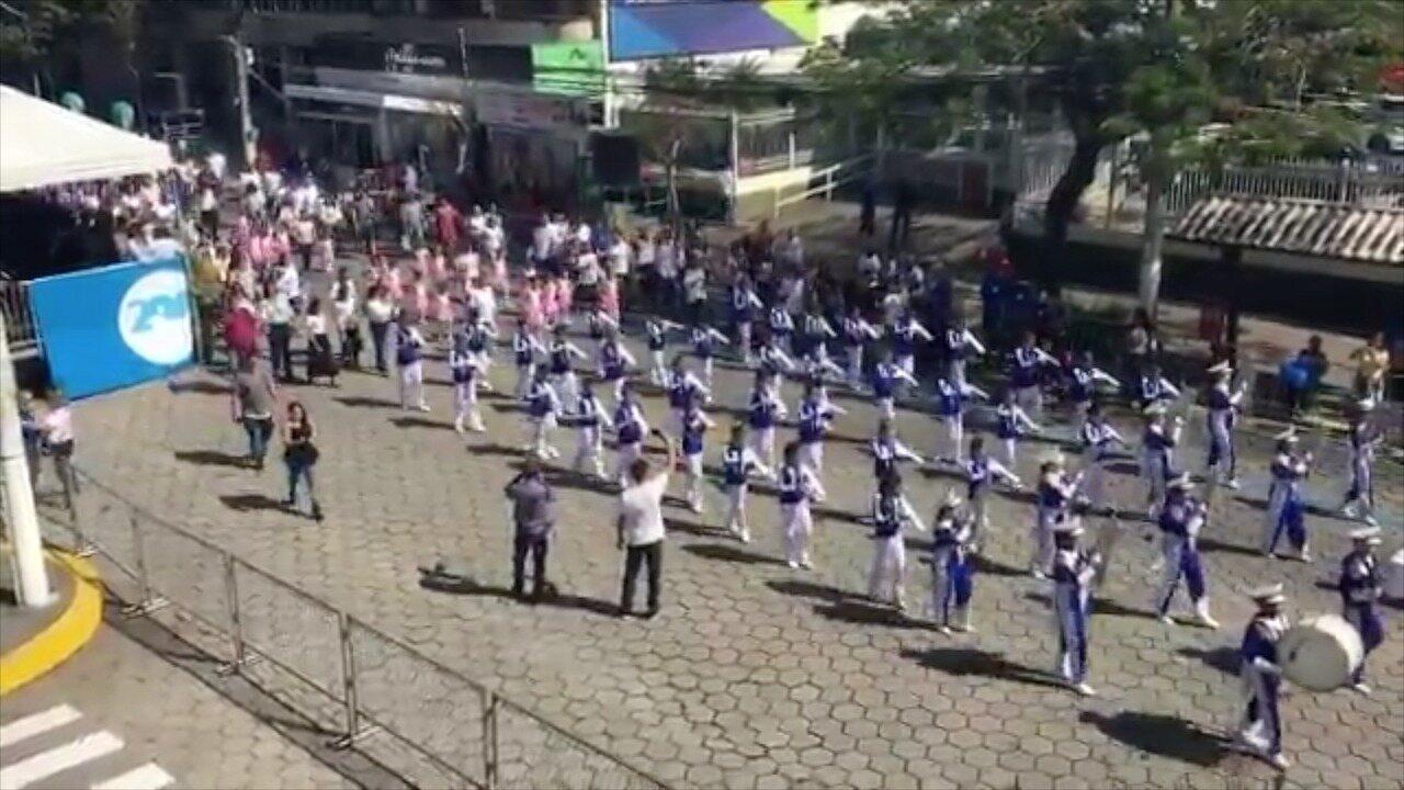Confira os principais momentos do desfile cívico de Nova Friburgo, no RJ