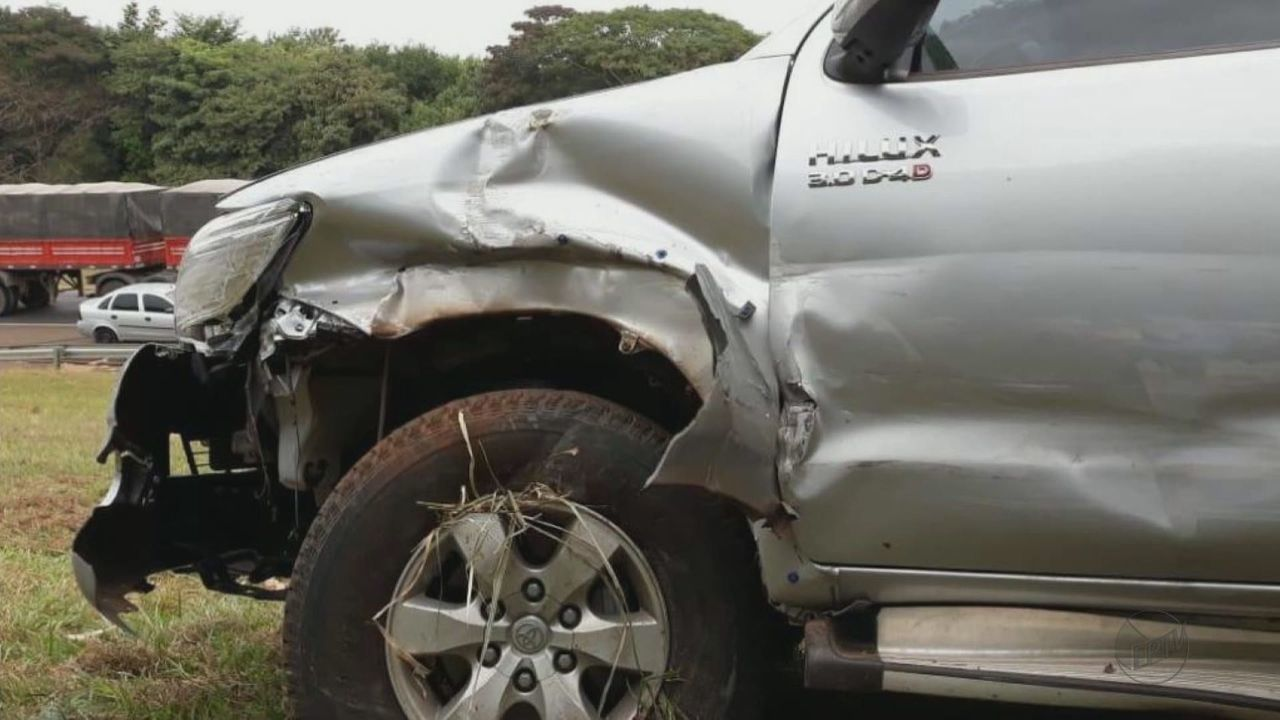 Roubo de caminhonete em Américo Brasiliense acaba em perseguição e capotagem na SP-310