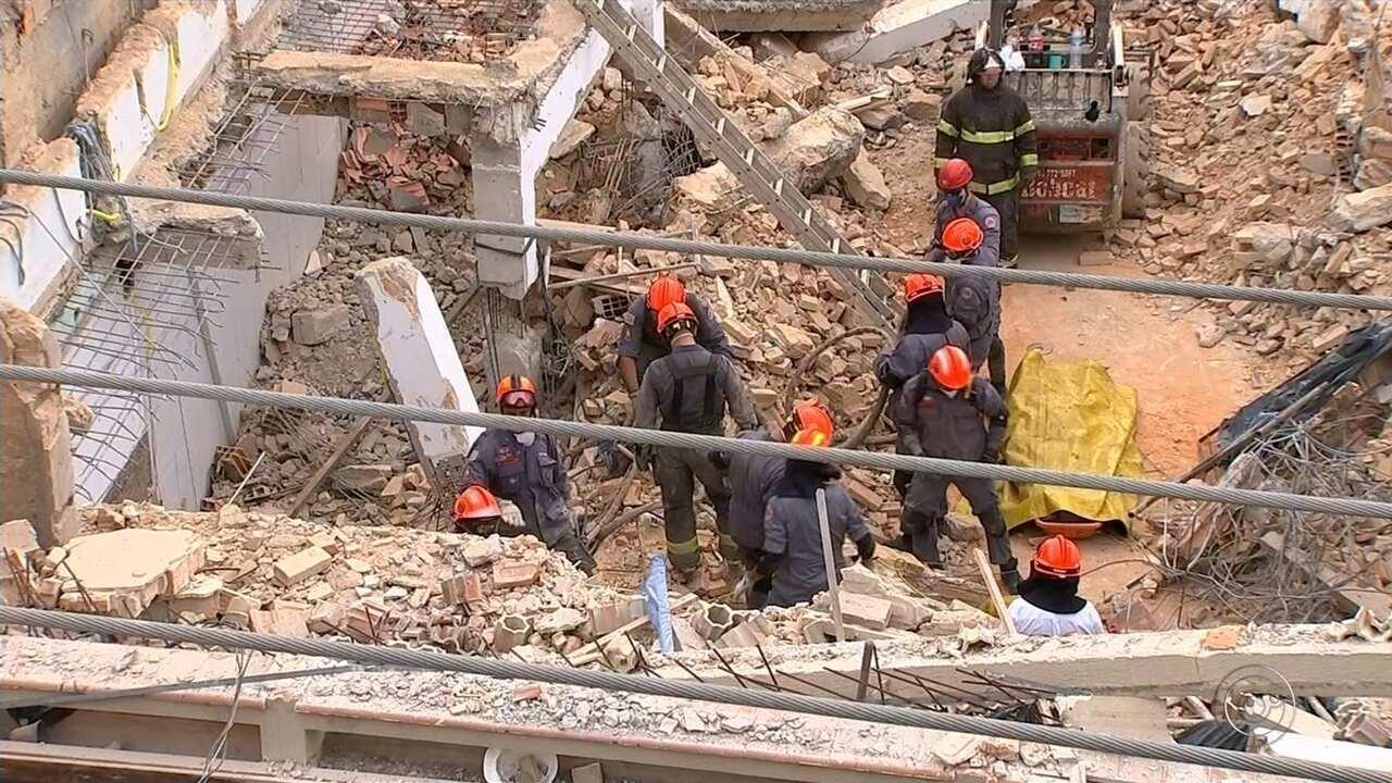 Empresa faz limpeza de escombros do prédio que desabou em São Roque