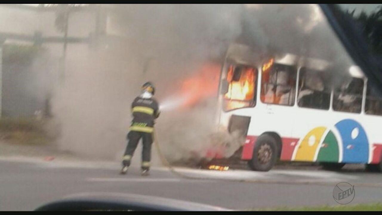 Ônibus do transporte coletivo de Araras fica destruído após incêndio