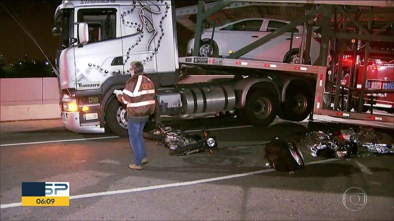 Motorista de caminhão faz conversão proibida e atropela duas pessoas em SP