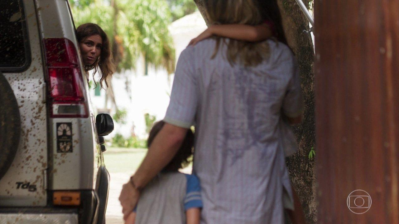 Luzia se despede dos filhos e pede que Groa leve as crianças para morar com Cacau