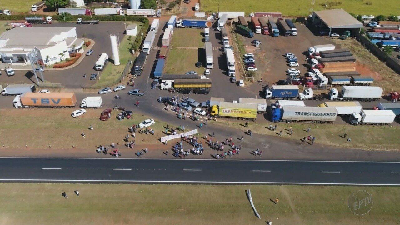 Caminhoneiros protestam na Rodovia Faria Lima em Bebedouro, SP, contra o aumento do diesel