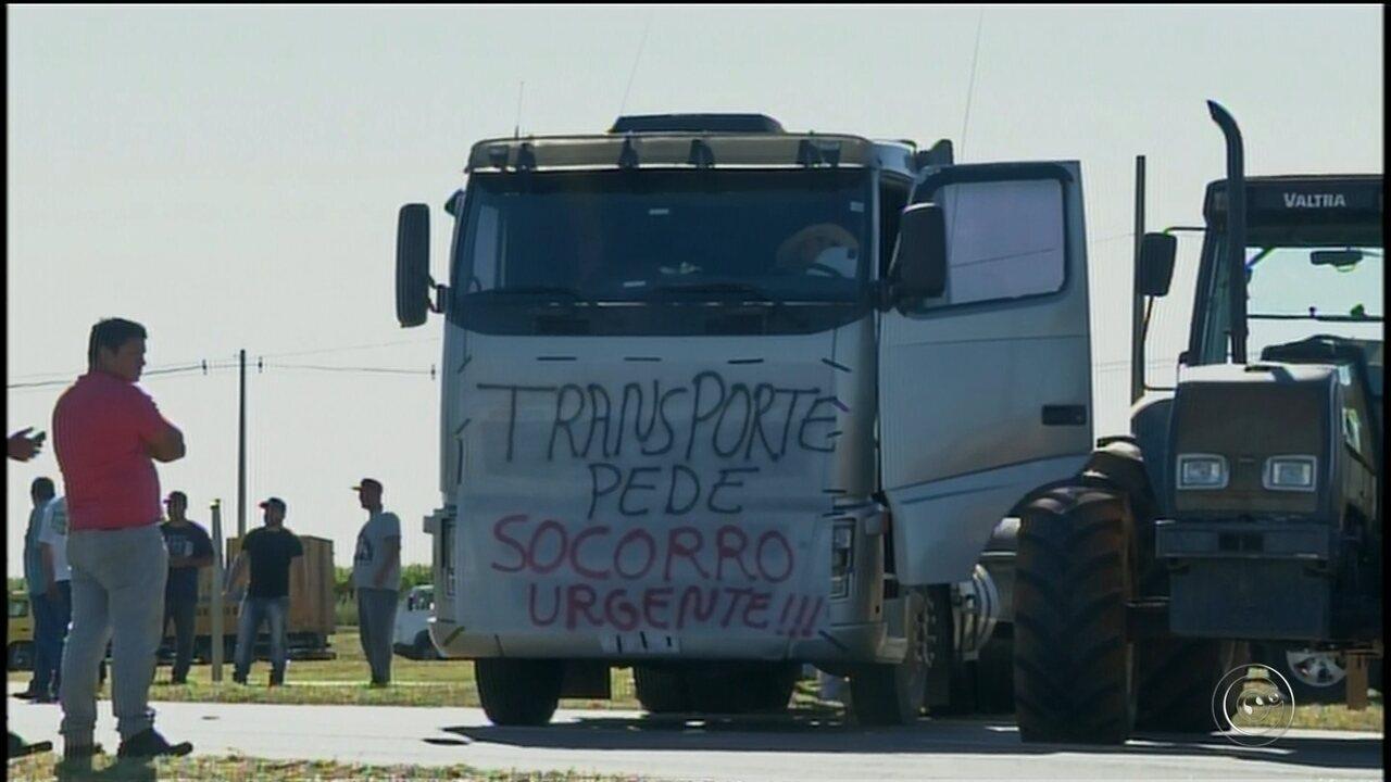 Caminhoneiros fazem protesto contra aumento do preço do diesel, pedágios e fretes