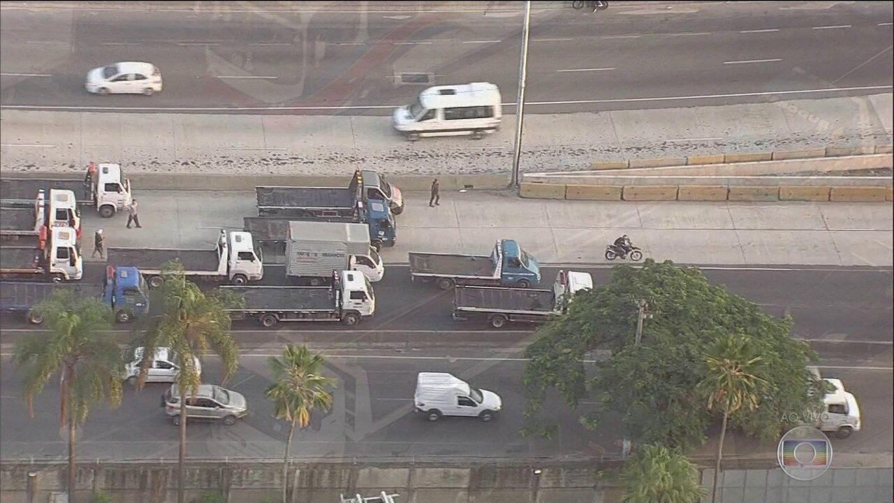 Caminhoneiros realizam protestos em estradas do país contra o aumento do preço do diesel