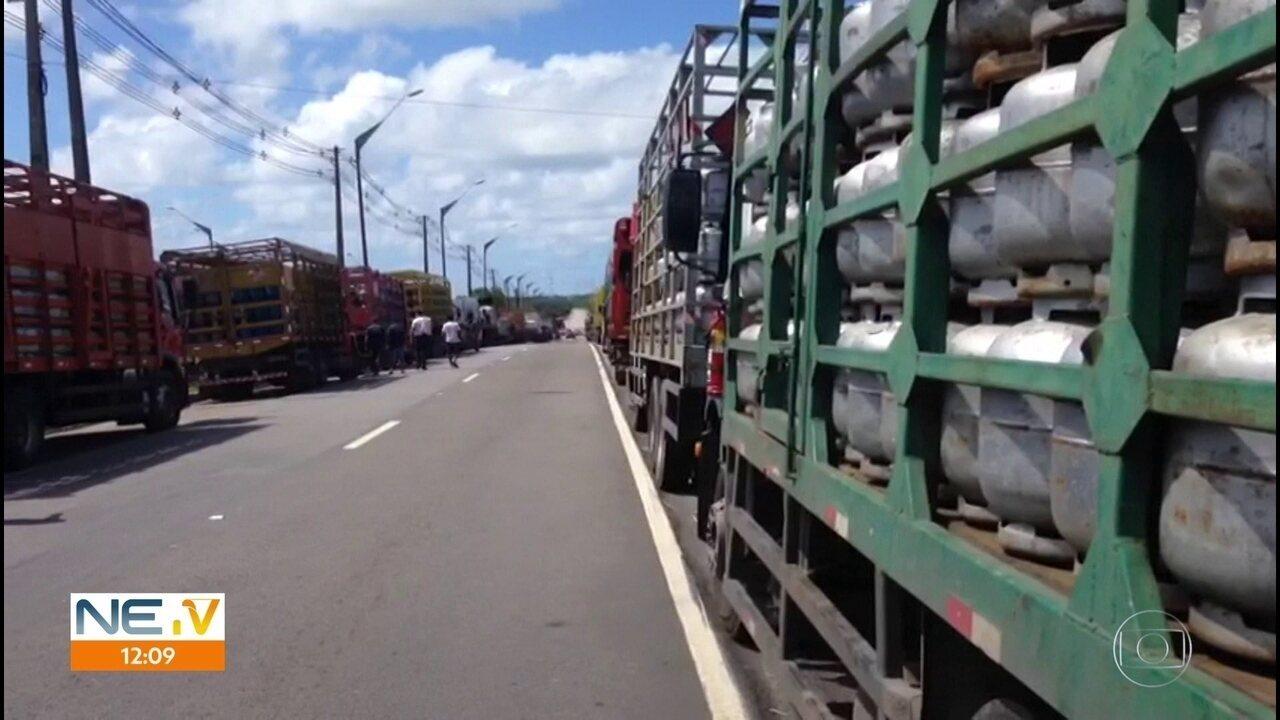 Caminhoneiros protestam contra valor do combustível no Grande Recife