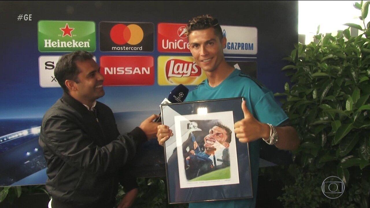 CR7 recebe quadro com caricatura de Mario Alberto em homenagem a gol contra a Juventus
