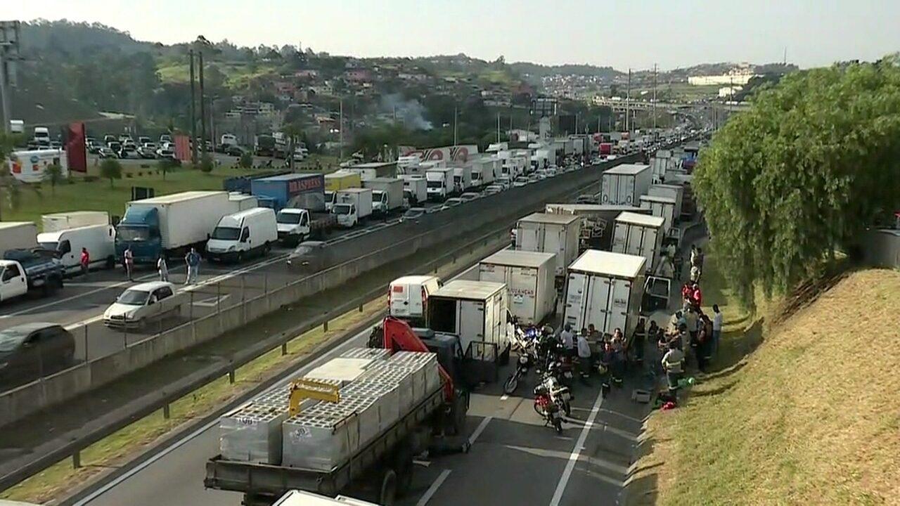 Protesto de caminhoneiros bloqueia Rodovia Régis Bittencourt, em SP