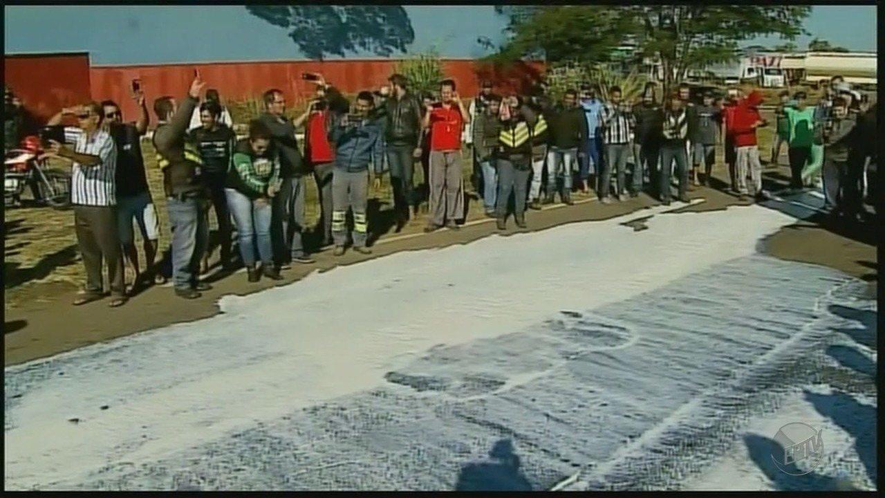 Produtores jogam leite na pista e acostamento da rodovia MG-050 durante protesto