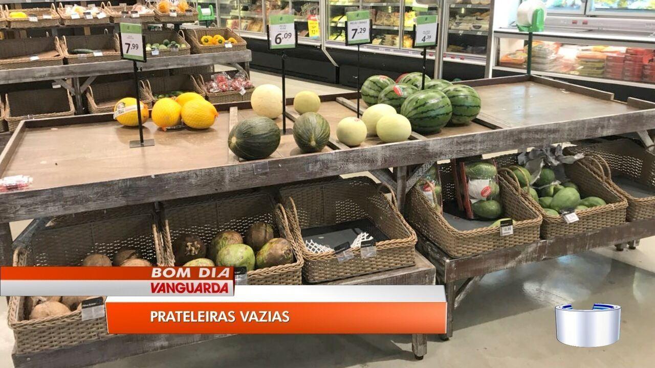 Com o desabastecimento, prateleiras de supermercados ficam vazias